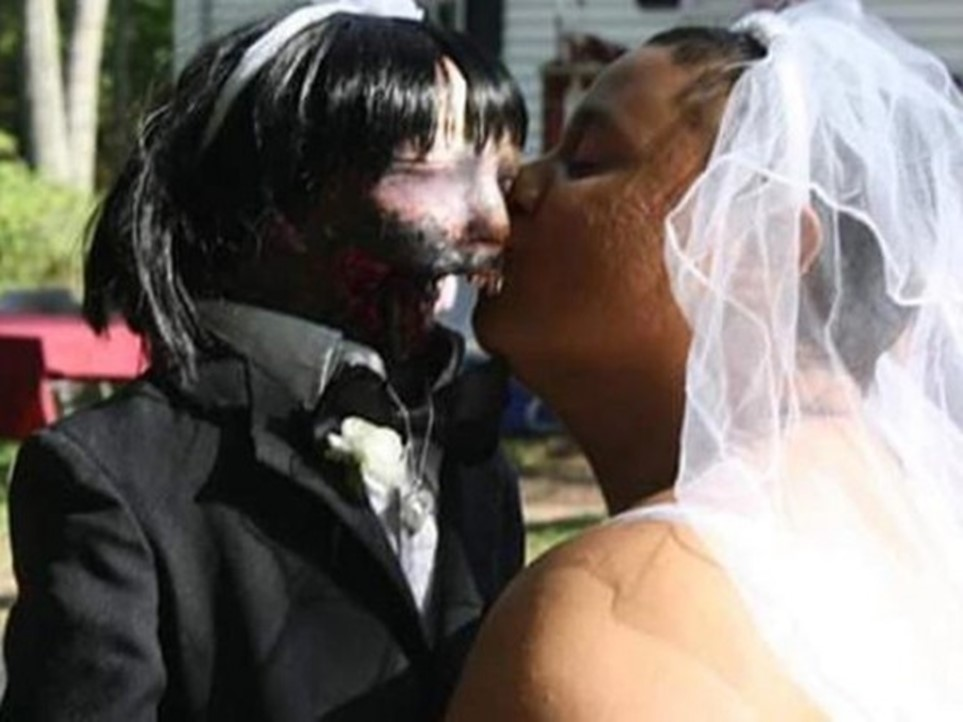 Mulher casa-se com boneca Zumbi