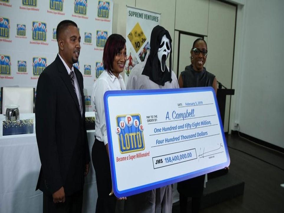 Ganhador de loteria recebe prêmio com máscara do Pânico para não ser identificado na Jamaica