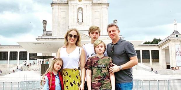 Angélica, Huck e família viajam para Portugal para agradecer à Virgem Maria, no Santuário de Fátima, pela recuperação do filho.