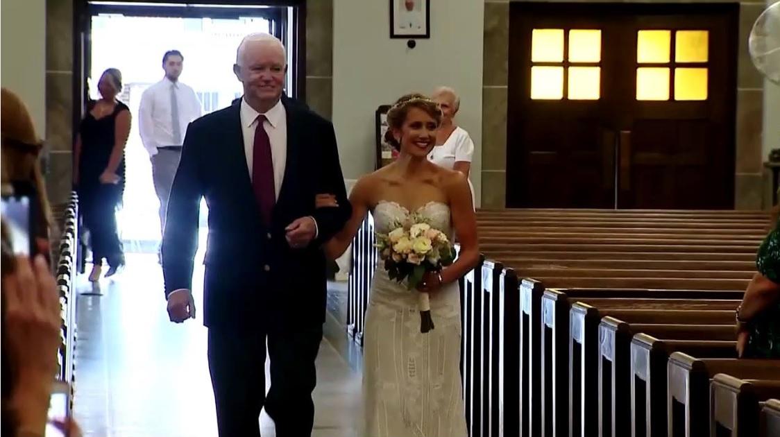 Noiva é levada ao altar por idoso que recebeu o coração de seu pai