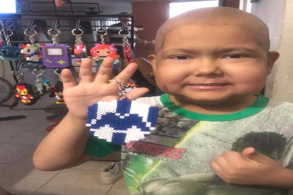 Menino de 5 anos com câncer, faz e vende chaveiros para pagar seu tratamento