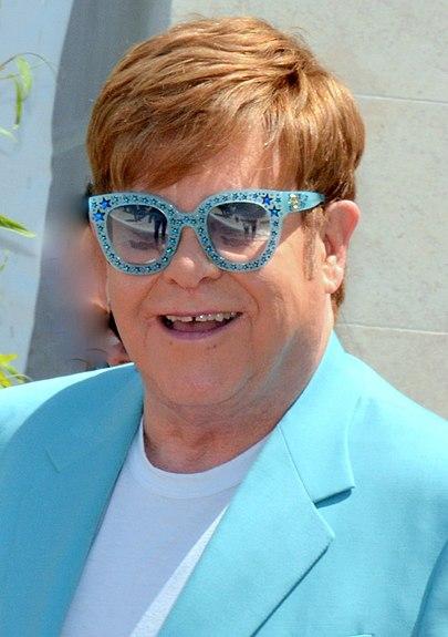 Elton John revela que quase morreu no Brasil